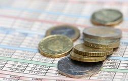 Pièces de monnaie à la page d'affaires Photographie stock