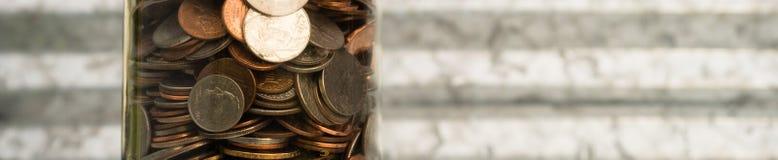Pièces de monnaie américaines de devise du dollar dans des dixièmes de dollar de quarts de nickels de penny de pot images stock