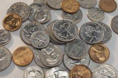 Pièces de monnaie au-dessus de Grey Background photo stock