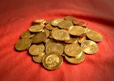 Pièces de monnaie au-dessus du rouge Photo stock