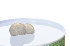 Pièces de monnaie australiennes dans la fente de bidon d'argent Photographie stock