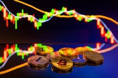 Pièces de monnaie de Bitcoin avec le diagramme global de prix du marché d'échange commercial à l'arrière-plan photographie stock libre de droits