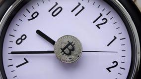 Pièces de monnaie de Bitcoin sur le cadran de montre banque de vidéos