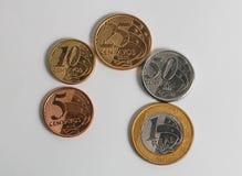 Pièces de monnaie brésiliennes actuelles vraies dans l'ordre Images stock