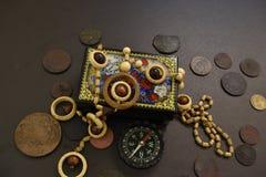 Pièces de monnaie, cercueil, perles et boussole antiques photos libres de droits