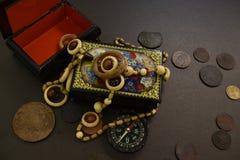 Pièces de monnaie, cercueil, perles et boussole antiques photographie stock libre de droits