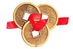 Pièces de monnaie chanceuses chinoises sur le blanc photographie stock libre de droits