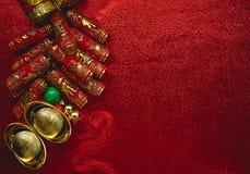 Pièces de monnaie chinoises de la chance ou des lingots de noeud et chinois chinois d'or Images stock