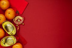 Pièces de monnaie chinoises de la chance ou des lingots de noeud et chinois chinois d'or Photographie stock libre de droits
