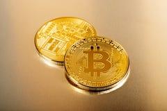 Pièces de monnaie collectables de Bitcoin dans la fin vers le haut de la vue Images stock