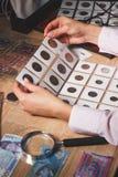 Pièces de monnaie collectables dans les mains du ` s de femme Photos libres de droits