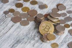 Pièces de monnaie de collecteur et bitcoin différents d'or sur le fond en bois photos stock
