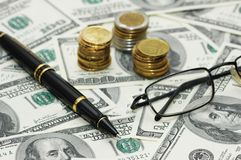 Pièces de monnaie, crayon lecteur et glaces au-dessus de Th Photographie stock