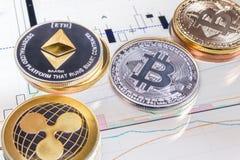 Pièces de monnaie de Cryptocurrency au-dessus d'écran de comprimé Photographie stock libre de droits