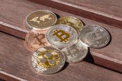 Pièces de monnaie de Cryptocurrency au-dessus d'une table en bois ; Bitcoin, ondulation, tiret Images stock