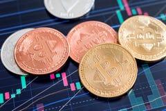Pièces de monnaie de Cryptocurrency Bitcoin au-dessus d'écran de comprimé image libre de droits