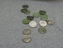 5 pièces de monnaie de CZK au-dessus de la surface de tissu Photo stock