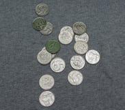 5 pièces de monnaie de CZK au-dessus de la surface de tissu Photos stock