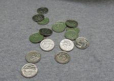 5 pièces de monnaie de CZK au-dessus de la surface de tissu Images stock