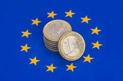 pièces de monnaie d'ââEuro sur l'indicateur d'UE Image stock