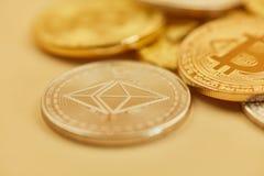 Pièces de monnaie d'éther et de Bitcoin comme argent liquide images libres de droits