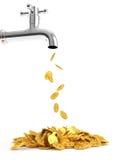Pièces de monnaie d'argent hors du robinet Images stock