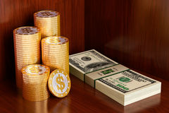 Pièces de monnaie d'or avec le symbole du dollar Images libres de droits