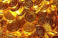 Pièces de monnaie d'or empilées dans un tas de fond Photos libres de droits