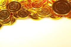 Pièces de monnaie d'or empilées dans un tas de fond Photo stock