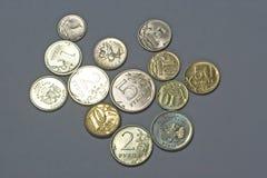 Pièces de monnaie d'isolement sur le fond gris Photographie stock libre de droits