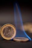 Pièces de monnaie d'un euro sur le feu Photographie stock