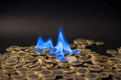 Pièces de monnaie d'un euro sur le feu Photos libres de droits