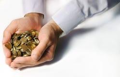 Pièces de monnaie dans des mains évasées Image stock