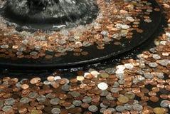 Pièces de monnaie dans l'eau Photo libre de droits