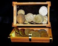 Pièces de monnaie dans la boîte Photographie stock libre de droits