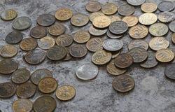 Pièces de monnaie dans la farine dans l'équilibre Roubles et kopecks Images stock