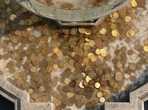 Pièces de monnaie dans la fontaine Photo libre de droits