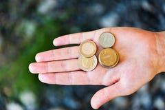 Pièces de monnaie dans la paume de Images stock