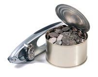 Pièces de monnaie dans le bidon ouvert avec l'ouvreur de bidon Images libres de droits