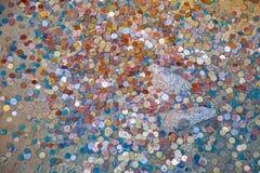 Pièces de monnaie dans le lac de la caverne photo stock