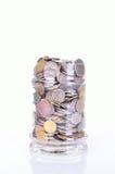 Pièces de monnaie dans le pot sur le fond blanc Photo libre de droits