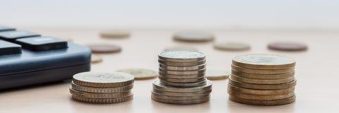 Pièces de monnaie dans les colonnes sur la table image stock