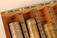 Pièces de monnaie dans une attraction de pièce de monnaie Photographie stock libre de droits