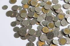 Pièces de monnaie de baht thaïlandais sur le fond blanc Photographie stock libre de droits