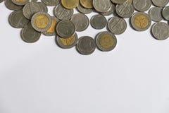 Pièces de monnaie de baht thaïlandais sur le fond blanc Photo stock