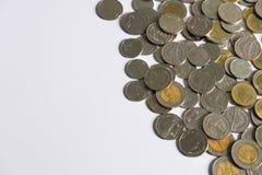 Pièces de monnaie de baht thaïlandais sur le fond blanc Image stock