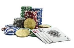 Pièces de monnaie de Bitcoin avec des cartes et des puces de tisonnier Photos libres de droits