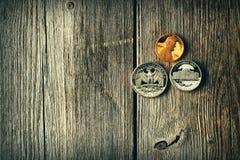 Pièces de monnaie de cent d'USA au-dessus de fond en bois Image libre de droits