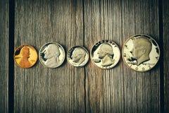 Pièces de monnaie de cent d'USA au-dessus de fond en bois Image stock