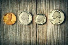 Pièces de monnaie de cent d'USA au-dessus de fond en bois Photos libres de droits